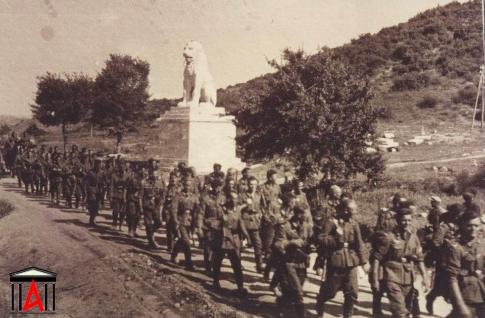 Γερμανικό τμήμα μπροστά στο λιοντάρι Αμφίπολης, ΠΕΡΙΟΧΗ ΚΕΡΔΥΛΛΙΩΝ ΣΕΡΡΩΝ τον Απρίλιο του 1941.